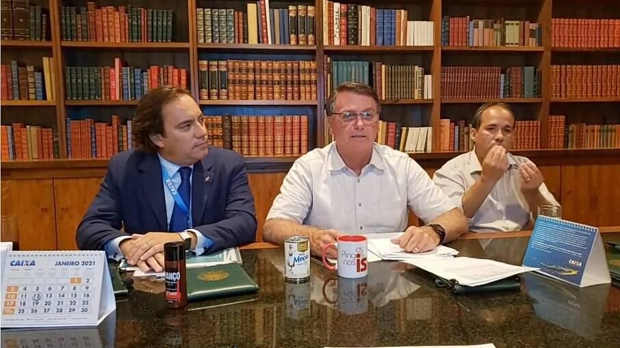 Bolsonaro fez live ao lado do presidente da Caixa, Pedro Guimarães