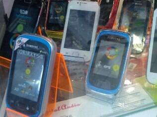Celulares à venda no centro de São Paulo: aparelhos ilegais estão na mira da Anatel