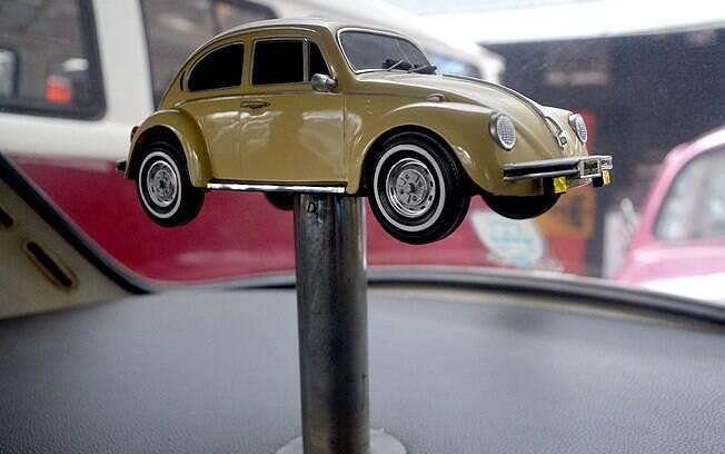 Dono deste Fusca instalou uma miniatura do próprio carro atrás do banco traseiro