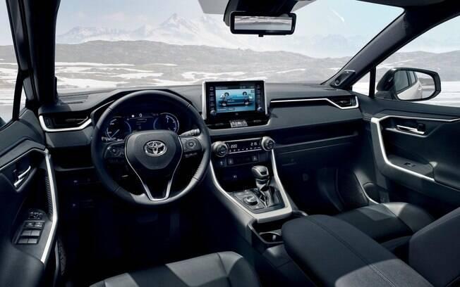 O painel do novo Toyota RAV4 híbrido abusa de materiais de boa qualidade. Kit de mídia é empecilho