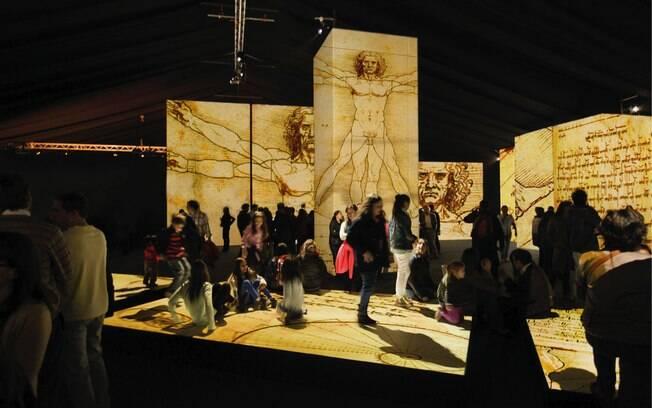Outra famosa obra de Da Vinci, o Homem Vitruviano também é projetada nas paredes.