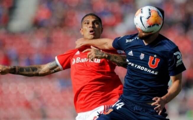 Guerrero disputa a bola durante a partida contra a Universidad de Chile