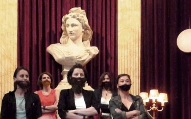 Ativistas do La Barbe usam barbas postiças em protesto ao domínio dos homens em partidos políticos e empresas