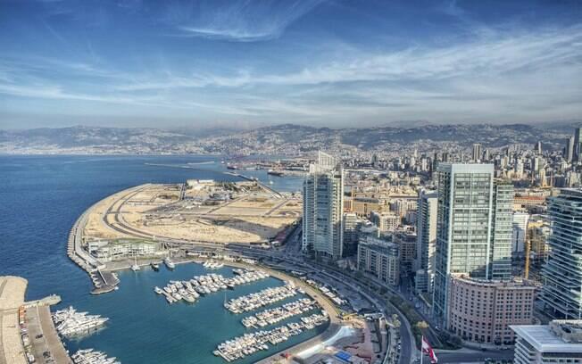 Beirute tem diversas atrações e, entre elas, está a Pigeon Rocks, formação rochosa com vista para o Mediterrâneo