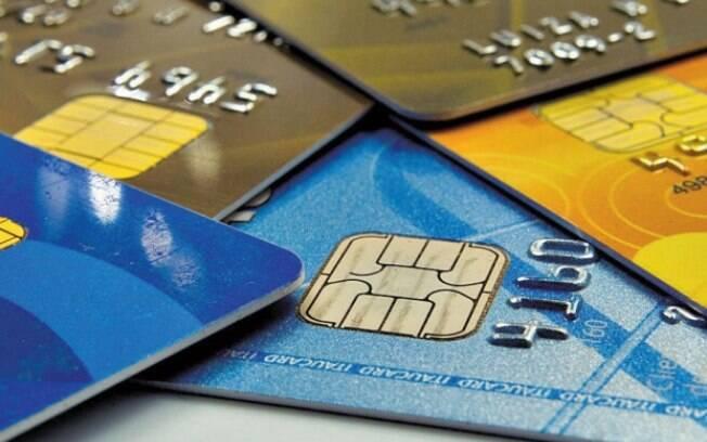 Maior parte dos gastos com cartão de crédito em fevereiro foi direcionada às compras de alimentos em supermercados