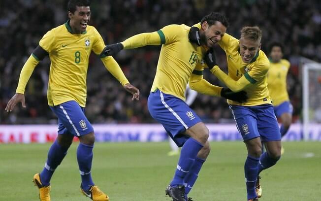 Neymar comemora gol de Fred pelo Brasil na  derrota por 2 a 1 para a Inglaterra