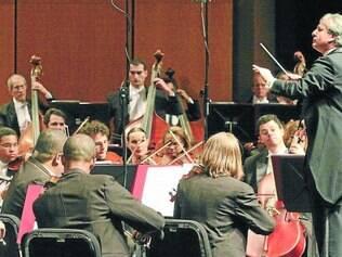 Música.  Orquestra Filarmônica faz concerto especial na Praça Milton Campos em comemoração ao aniversário da Casa da Cultura