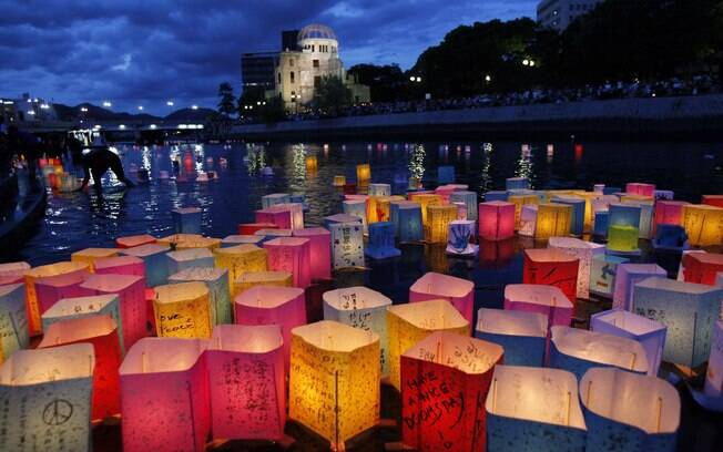 Lanternas de papel em rio em Hiroshima, Japão, relembram vítimas da bomba, na quinta-feira (6)