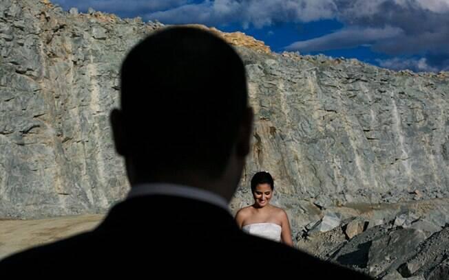 Lívia é observada pelo noivo em ensaio pós-casamento em uma mineradora