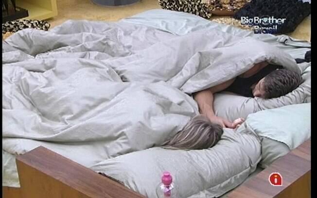 Renata e Jonas dividem a mesma cama no Quarto do Líder