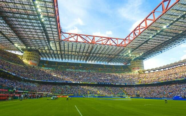 O estádio municipal de Milão é dividido por duas equipes rivais: o Inter de Milão e o A.C. Milan