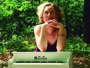 Lúdico. A russa Xenia Pestova apresenta canções especialmente elaboradas para serem apresentadas em um piano de brinquedo