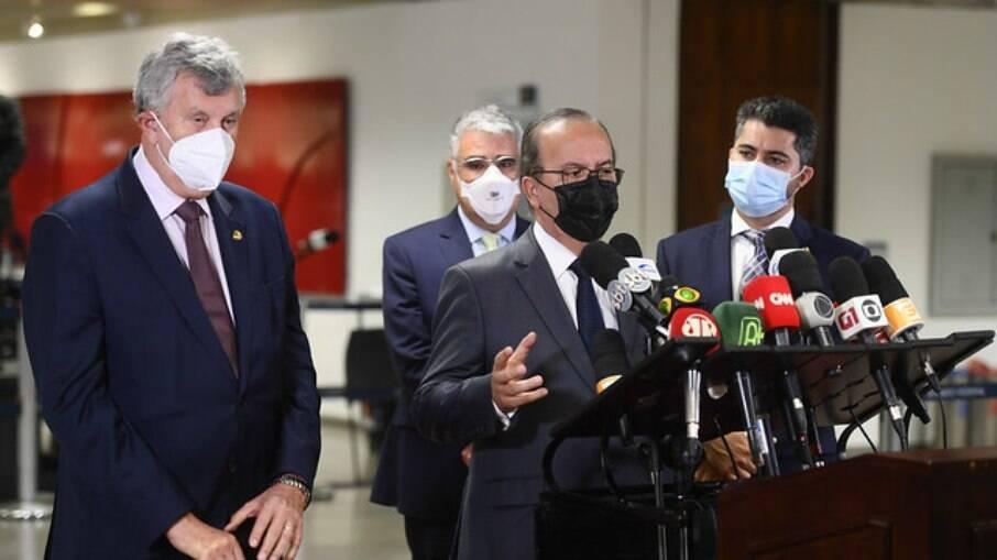 Senadores Luis Carlos Heinze (PP-RS), Jorginho Mello (PL-SC), Eduardo Girão (Podemos-CE) e Marcos Rogério (DEM-RO) em coletiva de imprensa