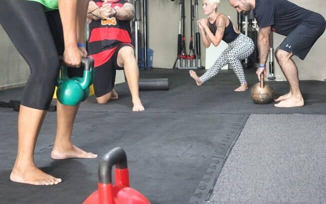 Enquanto conversava com o Delas, todo mundo na academia de Alexandre treinava descalço