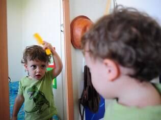 O espelho é um item importante no quarto montessoriano para que a criança possa se enxergar como um indivíduo único