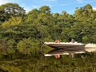 Uma das atrações de Manaus são os passeios de lancha pelos igarapés