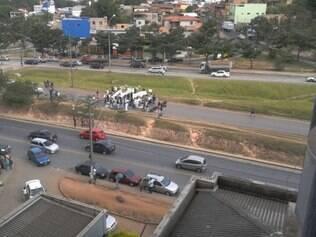 Manifestantes já fecham a saída da av. Pedro I, próximo à MG-010, em frente ao Hospital Risoleta Neves