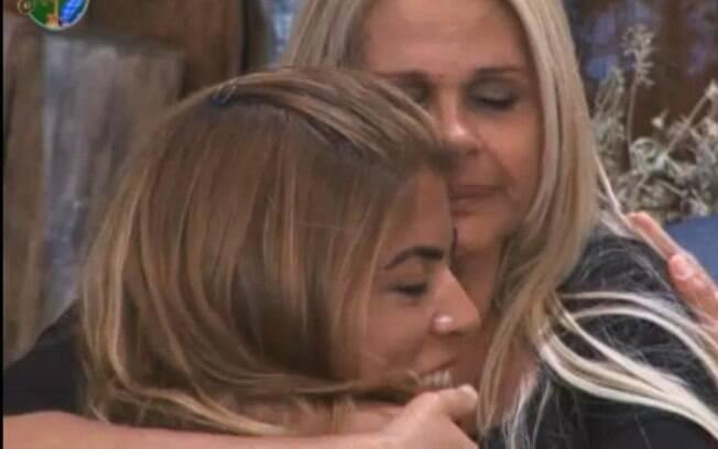 Monique e Raquel se abraçam na varanda