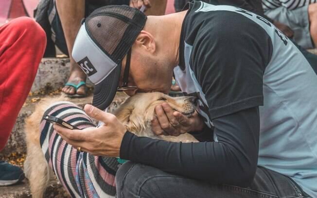 Edu Leporo, fundador do projeto, junto à um dos cães atendidos