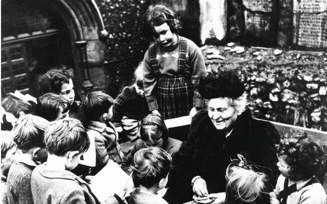 Uma das primeiras mulheres a se formar em medicina na Itália, Maria Montessori desenvolveu um método inovador