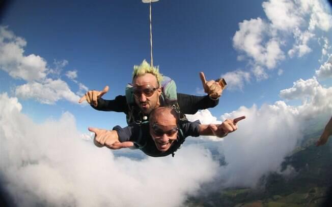 Os dois saltaram de uma altura de 10.500 pés