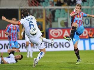 Catania midfielder Felipe Seymour, of Chile, right, scores during a Serie A soccer match between Catania and Atalanta at the Angelo Massimino stadium in Catania, Italy, Saturday, April 21, 2012. (AP Photo/Carmelo Imbesi)
