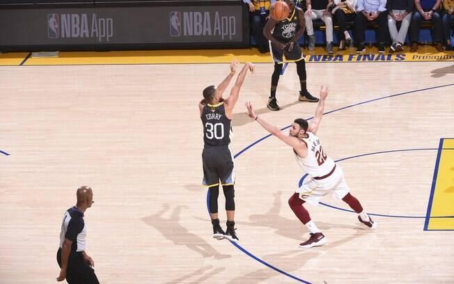 Stephen Curry arremessa por cima de Larry Nance Jr. para fazer de três pontos