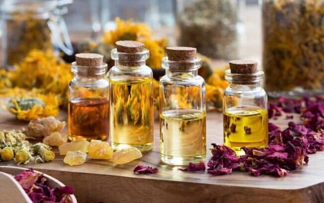 Óleos essenciais são substâncias aromáticas encontradas em flores e ervas, extremamente concentradas de ativos e ricas em benefícios