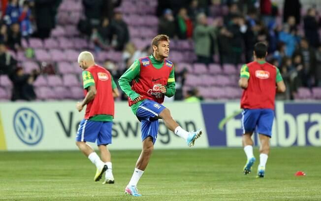 Neymar se aquece antes da partida entre  Brasil e Itália em Genebra