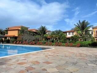 Lazer. Costa Brasilis conta com duas piscinas grandes, sendo uma infantil, para deleite dos hóspedes