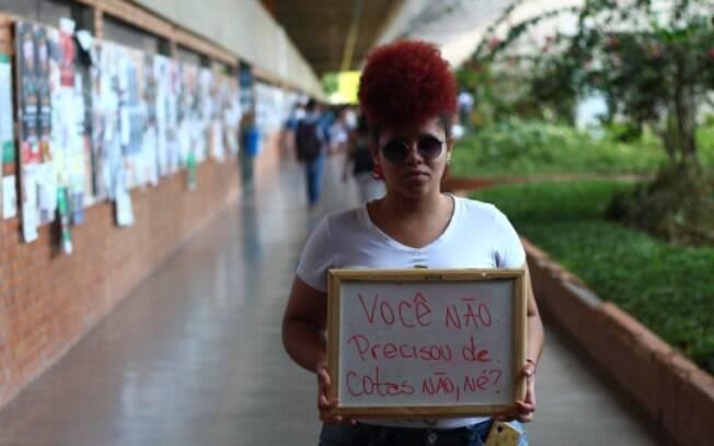 Em projeto fotográfico, aluna da UnB retrata universitários negros com frases racistas que já ouviram. Foto: Reprodução/ahbrancodaumtempo.tumblr.com
