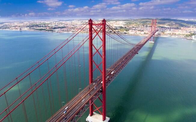 A Ponte 25 de Abril é outra das pontes famosas e tem uma aparência semelhante à Ponte Golden Gate, em São Francisco