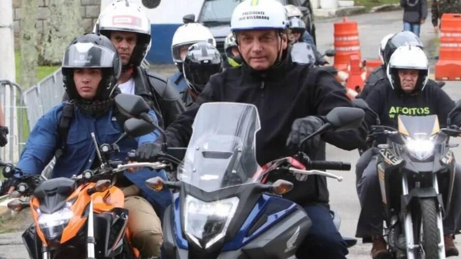 Bolsonaro anda com capacete sem viseira e comete infração de trânsito no Guarujá