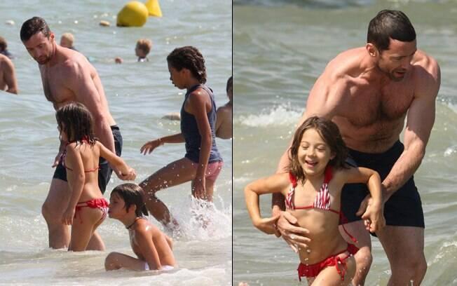 Hugh Jackman brica com a pequena Ava