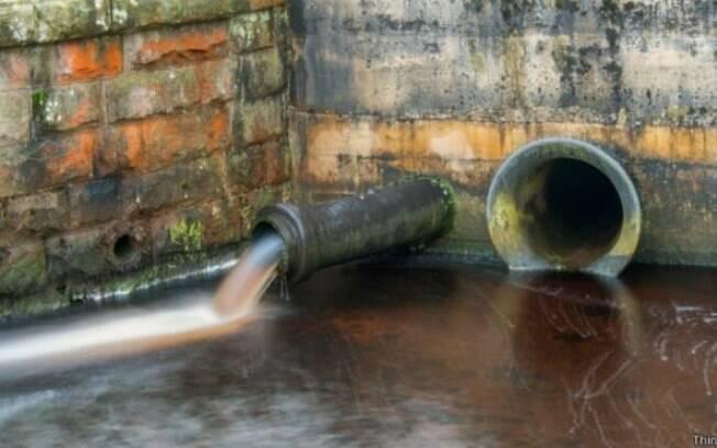 Metais presentes em produtos de higiene se misturam às fezes no esgoto