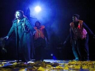 Cênico. Espetáculo da cantora britânica contou com produção teatral e teve três horas de duração
