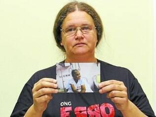 Revolta.  Patrícia Helena mostra foto de sua mãe, Alda Monteiro Silva, ainda internada no hospital
