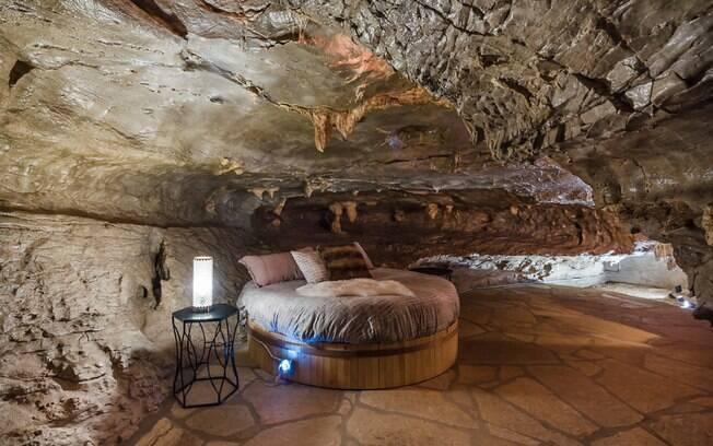 Os quartos da caverna, após a reforma, passaram a contar com membranas emborrachadas para evitar goteiras