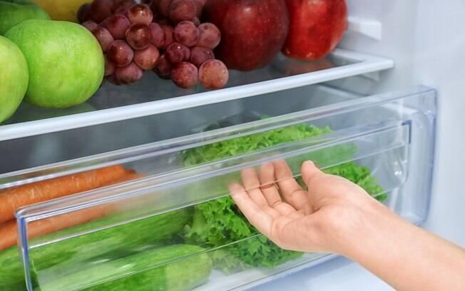As gavetas da geladeira pode ser usada para armazenar verduras, frutas e legumes, que devem estar higienizados