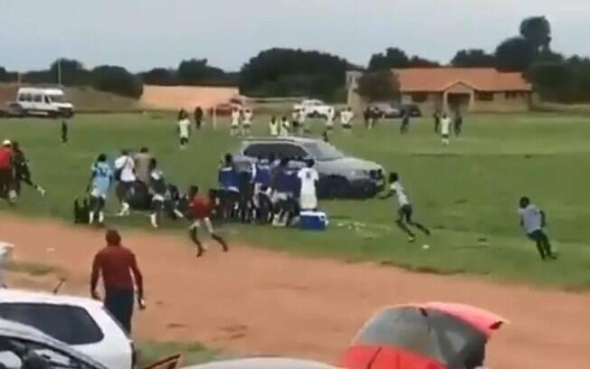 Homem invadiu o gramado com carro e tentou atropelas atletas e árbitro