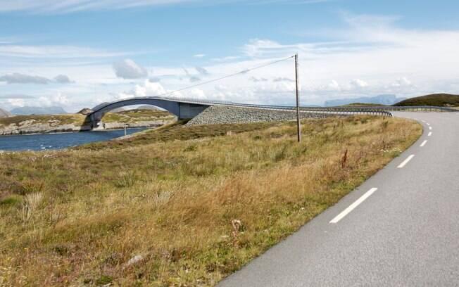 A bela ponte da Rodovia Atlântica vale a viagem