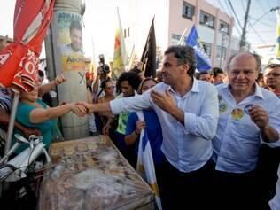 POLITICA . BELO HORIZONTE , MG  O candidato a presidencia, Aecio Neves, e o candidato ao governo de Minas Gerais, Pimenta da Veiga, ambos do PSDB, fazem caminhada no Morro do Papagaio, em Belo Horizonte  FOTO: LINCON ZARBIETTI / O TEMPO / 03.10.2014
