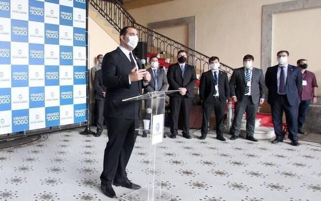 O secretário Lucas Tristão apresenta o projeto de flexibilização durante entrevista coletiva