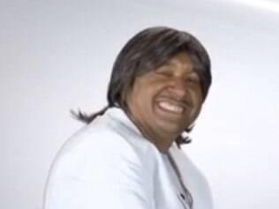 Tiririca imita Roberto Carlos para pedir votos