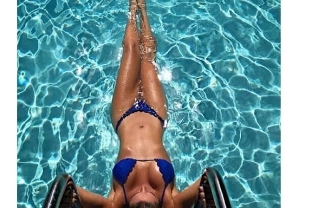 Luize Altenhofen mostrou corpo impecável ao posar de biquíni nas águas cristalinas de Miami, onde passa férias