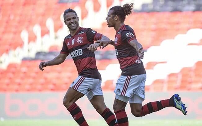 Flamengo vence, complica o Corinthians e apimenta a 'decisão' na próxima rodada