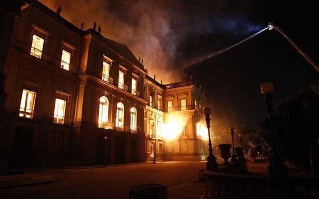 Tragédias de 2018: incêndio no Museu Nacional levou 7 horas para ser extinto; só 1.500 obras foram recuperadas