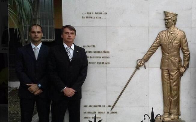 Na foto, Eduardo e Jair, os candidatos familiares da bancada bolsonarista no Congresso