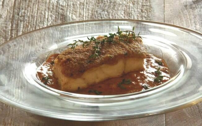 Foto da receita Badejo com crosta de ervas e purê de pimentão pronta.
