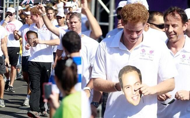 Durante a corrida, Príncipe Harry pega uma máscara com o rosto de seu irmão, Príncipe William